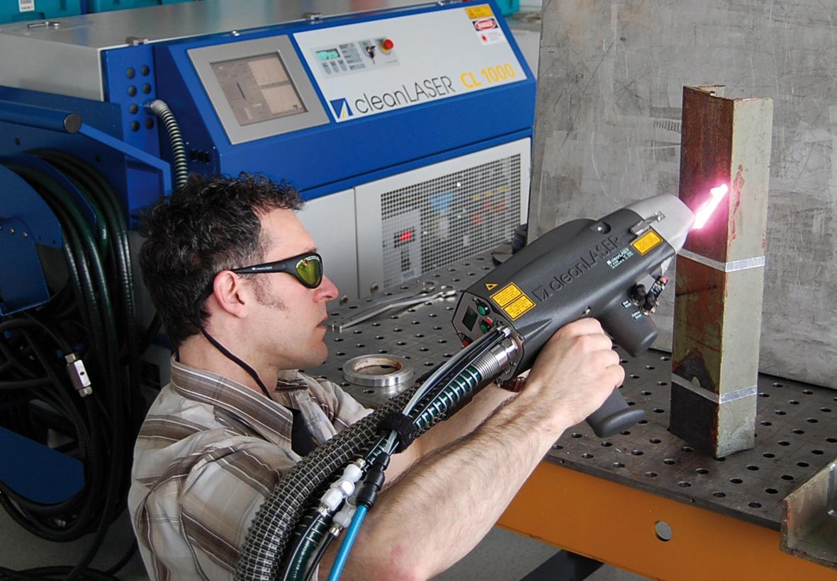 Manuelle Entlackung mit dem 1000 Watt High-Power-Lasersystem